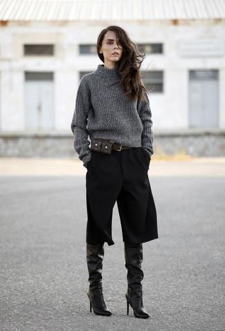 Ponte un jersey de cuello alto de punto en gris oscuro y una falda pantalón negra para cualquier sorpresa que haya en el día. Completa el look con botas de caña alta de cuero negras.
