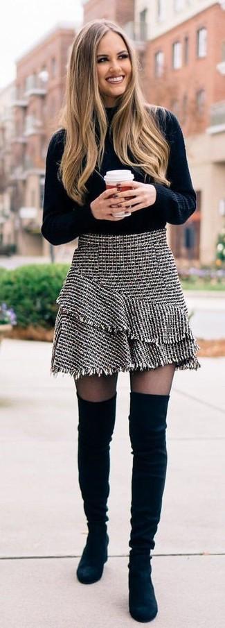 Cómo combinar: jersey de cuello alto de punto negro, minifalda de tweed gris, botas sobre la rodilla de ante negras