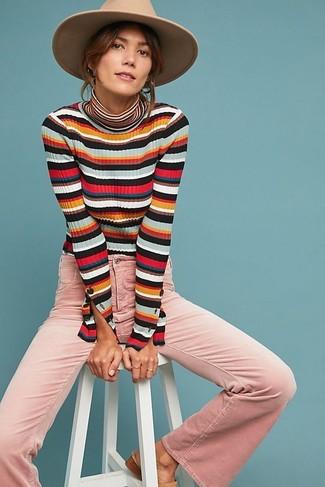 Cómo combinar: jersey de cuello alto de rayas horizontales en multicolor, vaqueros de campana rosados, sombrero de lana marrón claro