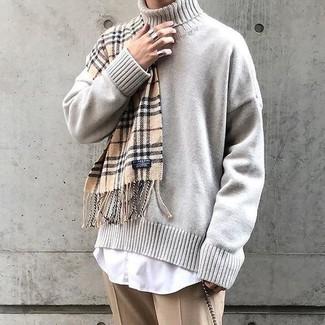 Cómo combinar: jersey de cuello alto de punto en beige, camisa de vestir blanca, pantalón de vestir marrón claro, bufanda de tartán marrón claro