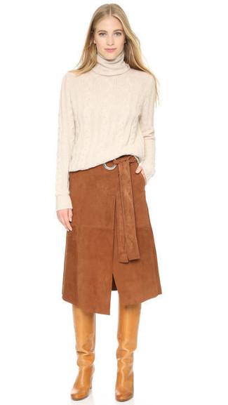 Cómo combinar: jersey de cuello alto en beige, falda midi de ante marrón, botas de caña alta de cuero marrón claro