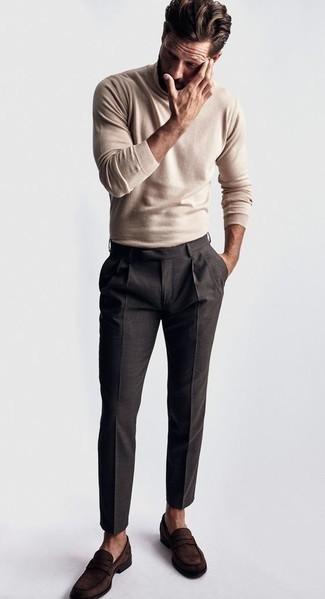 Cómo combinar un jersey de cuello alto en beige: Emparejar un jersey de cuello alto en beige junto a un pantalón de vestir en gris oscuro es una opción inmejorable para una apariencia clásica y refinada. Mocasín de ante en marrón oscuro son una opción inigualable para completar este atuendo.
