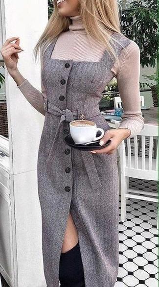 Cómo combinar: jersey de cuello alto en beige, vestido tubo de lana en gris oscuro, botas sobre la rodilla de ante negras
