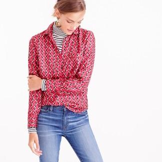 Cómo combinar: jersey de cuello alto de rayas horizontales en blanco y negro, camisa de vestir estampada rosa, vaqueros azules, pendientes en beige