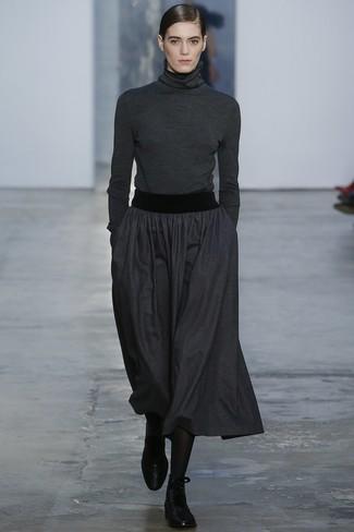 Cómo combinar: jersey de cuello alto en gris oscuro, falda midi plisada en gris oscuro, botas planas con cordones de cuero negras, medias negras