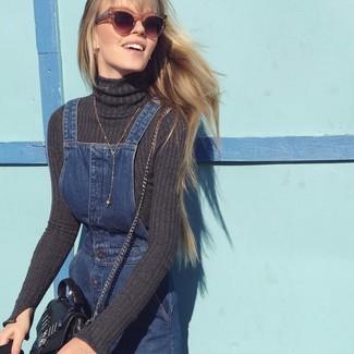 Cómo combinar: jersey de cuello alto en gris oscuro, pichi vaquero azul marino, bolso bandolera de cuero negro, gafas de sol marrónes