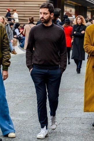 Cómo combinar un pantalón chino de lana azul marino: Intenta combinar un jersey de cuello alto en marrón oscuro junto a un pantalón chino de lana azul marino para cualquier sorpresa que haya en el día. Si no quieres vestir totalmente formal, completa tu atuendo con tenis de cuero blancos.