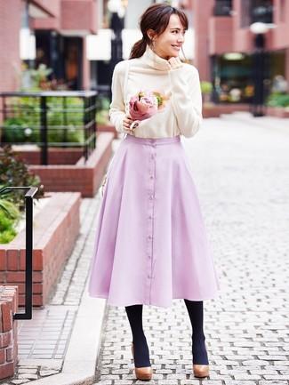 Cómo combinar: jersey de cuello alto en beige, falda campana rosada, zapatos de tacón de cuero gruesos marrónes, bolso bandolera de cuero blanco