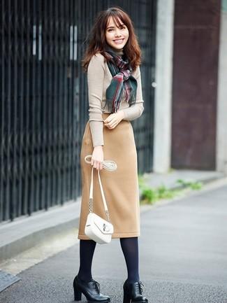 Cómo combinar: jersey de cuello alto en beige, falda lápiz de lana marrón claro, botines con cordones de cuero negros, bolso bandolera de cuero blanco