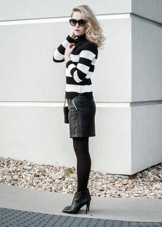 Cómo combinar: jersey de cuello alto de rayas horizontales en negro y blanco, falda lápiz de cuero negra, botines de cuero negros, bolso bandolera de cuero acolchado negro