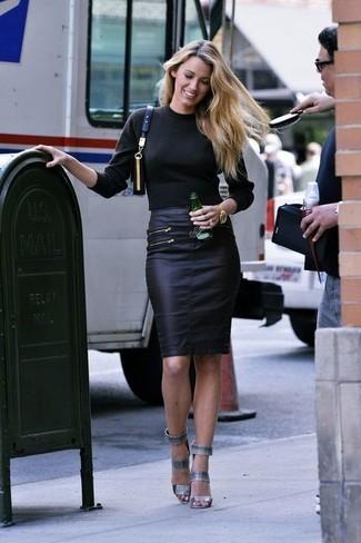 Cómo combinar: jersey de cuello alto negro, falda lápiz de cuero negra, sandalias de tacón de cuero grises, bolso bandolera de cuero negro