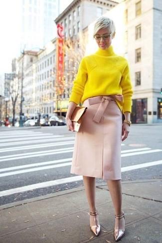 Cómo combinar una falda lápiz rosada: Emparejar un jersey de cuello alto de punto amarillo junto a una falda lápiz rosada es una opción incomparable para un día en la oficina. Zapatos de tacón de cuero dorados son una opción práctica para completar este atuendo.