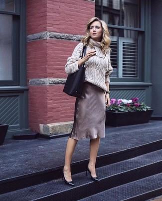 Equípate un jersey de cuello alto de lana de punto en beige junto a una falda lápiz marrón para lograr un look de vestir pero no muy formal. Zapatos de tacón de cuero negros son una opción buena para complementar tu atuendo.