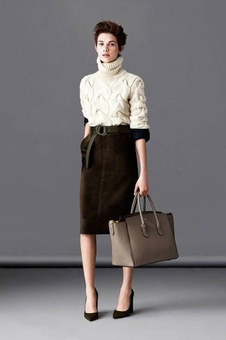 Look de moda: Jersey de cuello alto de punto en beige, Falda lápiz de terciopelo en marrón oscuro, Zapatos de tacón de ante verde oliva, Bolsa tote de cuero gris
