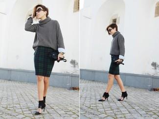 Cómo combinar: jersey de cuello alto de punto en gris oscuro, falda lápiz de tartán en azul marino y verde, zapatos de tacón de cuero con recorte negros, cartera sobre de cuero negra