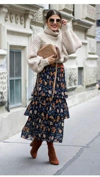 Cómo combinar: jersey de cuello alto de punto en beige, falda larga con print de flores azul marino, botas de caña alta de ante en tabaco, bolso bandolera de cuero marrón claro