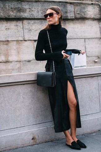 Cómo combinar: jersey de cuello alto negro, falda larga con recorte negra, chinelas de ante negras, bolso bandolera de cuero negro