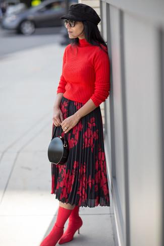 Cómo combinar: jersey de cuello alto rojo, falda midi con print de flores en rojo y negro, botines de elástico rojos, cartera sobre de cuero negra