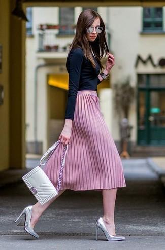 Cómo combinar: jersey de cuello alto negro, falda midi plisada rosada, zapatos de tacón de cuero plateados, bolso bandolera de cuero acolchado blanco
