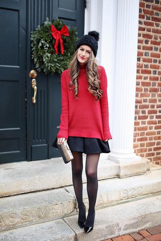 Empareja un jersey de cuello alto de punto rojo junto a una falda skater negra para un look diario sin parecer demasiado arreglada. Opta por un par de zapatos de tacón de cuero negros de Chie Mihara para destacar tu lado más sensual.