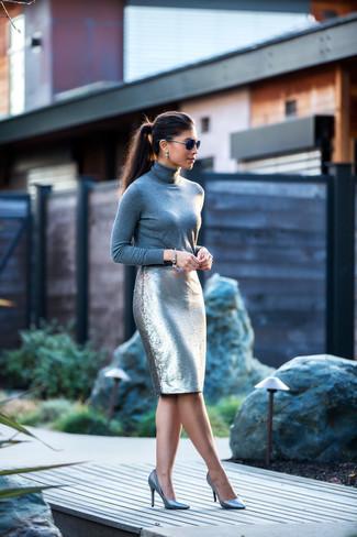 Cómo combinar: jersey de cuello alto gris, falda lápiz de lentejuelas plateada, zapatos de tacón de cuero plateados