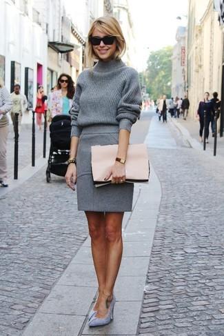 Look de moda: Jersey de cuello alto de lana gris, Falda lápiz de lana gris, Zapatos de tacón de ante grises, Cartera sobre de cuero rosada
