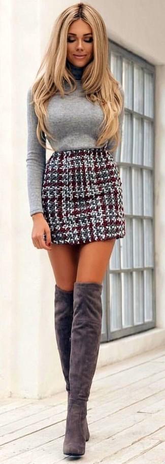 Cómo combinar: jersey de cuello alto gris, minifalda de tweed burdeos, botas sobre la rodilla de ante grises