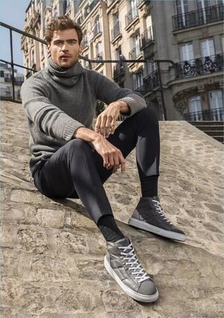 Cómo combinar un pantalón chino en gris oscuro: Opta por un jersey de cuello alto de lana gris y un pantalón chino en gris oscuro para un almuerzo en domingo con amigos. ¿Quieres elegir un zapato informal? Complementa tu atuendo con zapatillas altas de cuero grises para el día.