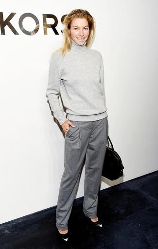 Look de moda: Jersey de cuello alto de lana gris, Pantalón de vestir gris, Zapatos de tacón de cuero en negro y blanco, Bolsa tote de cuero negra