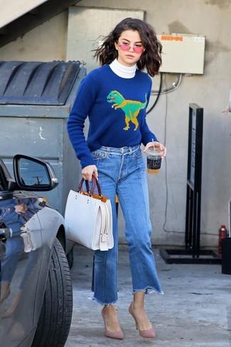 Cómo combinar: jersey de cuello alto blanco, jersey con cuello circular estampado azul, falda pantalón vaquera azul, zapatos de tacón de ante rosados