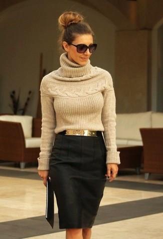 Look de moda: Jersey de cuello alto marrón claro, Falda lápiz en gris oscuro, Correa dorada, Gafas de sol negras
