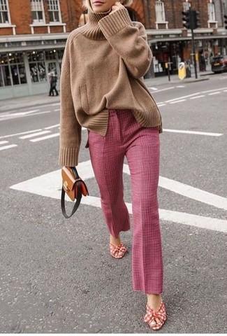 Cómo combinar: jersey de cuello alto de punto marrón claro, pantalón de campana rosado, sandalias de tacón de lona en rojo y blanco, bolso bandolera de cuero marrón