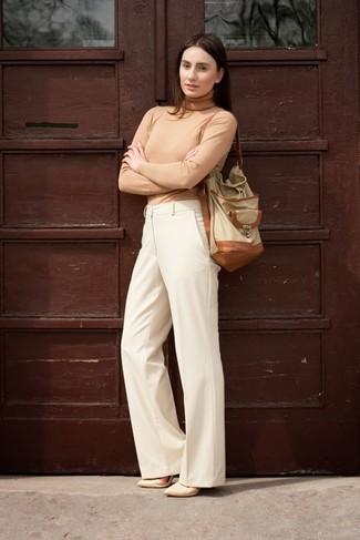 Look de moda: Jersey de cuello alto marrón claro, Pantalones anchos en beige, Zapatos de tacón de cuero en beige, Mochila con cordón de cuero en beige