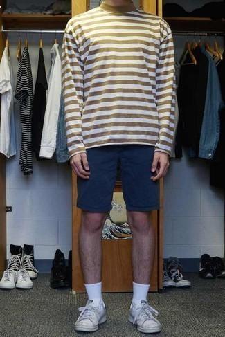 Cómo combinar unos calcetines blancos para hombres de 20 años: Para un atuendo tan cómodo como tu sillón elige un jersey de cuello alto de rayas horizontales marrón claro y unos calcetines blancos. Con el calzado, sé más clásico y elige un par de tenis de lona blancos.