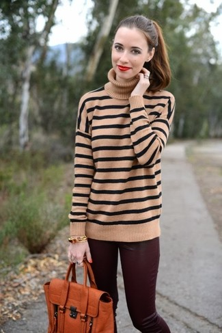 Outfits mujeres: Empareja un jersey de cuello alto de rayas horizontales marrón claro con unos pantalones pitillo de cuero burdeos para una vestimenta cómoda que queda muy bien junta.
