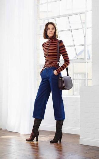 Look de moda: Jersey de Cuello Alto de Rayas Horizontales Marrón, Falda Pantalón Vaquera Azul Marino, Botas de Caña Alta de Ante Marrón Oscuro, Bolso Bandolera de Cuero Morado Oscuro