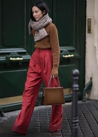 Cómo combinar: jersey de cuello alto de punto marrón, pantalones anchos rojos, bolso de hombre de cuero marrón, bufanda de tartán marrón