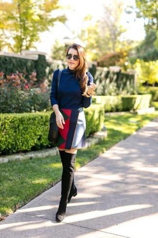 Cómo combinar: jersey de cuello alto azul marino, minifalda con estampado geométrico en multicolor, botas sobre la rodilla de ante negras, bolso bandolera de cuero negro