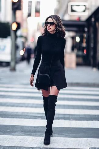 Cómo combinar unas botas sobre la rodilla de ante negras: Intenta ponerse un jersey de cuello alto negro y una minifalda negra para una vestimenta cómoda que queda muy bien junta. Botas sobre la rodilla de ante negras son una opción muy buena para completar este atuendo.