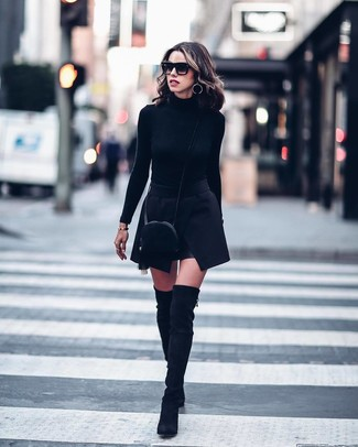 Cómo combinar un bolso bandolera de ante negro: Un jersey de cuello alto negro y un bolso bandolera de ante negro son una opción excelente para el fin de semana. ¿Te sientes valiente? Completa tu atuendo con botas sobre la rodilla de ante negras.