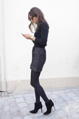 Cómo combinar: jersey de cuello alto negro, minifalda de tweed en gris oscuro, botines de ante negros, pulsera dorada
