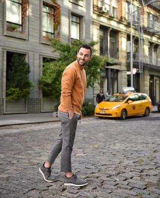 Cómo combinar: jersey de cuello alto naranja, pantalón de vestir de lana de rayas verticales gris, botas safari de ante grises