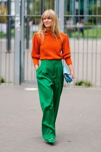 Cómo combinar: jersey de cuello alto naranja, pantalones anchos verdes, zapatos de tacón de ante verdes, cartera sobre de cuero celeste