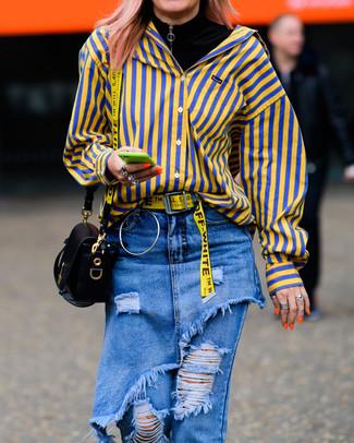 Cómo combinar: jersey de cuello alto negro, camisa de vestir de rayas verticales amarilla, vaqueros desgastados azules, bolso bandolera de cuero negro