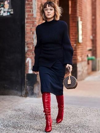 Cómo combinar una falda lápiz negra: Haz de un jersey de cuello alto de punto negro y una falda lápiz negra tu atuendo para lograr un look de vestir pero no muy formal. Botas sobre la rodilla de cuero rojas son una opción estupenda para completar este atuendo.