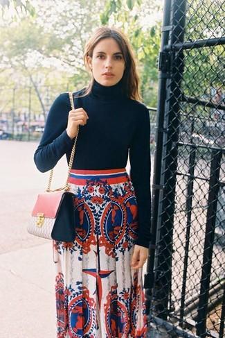 Cómo combinar: jersey de cuello alto negro, falda larga estampada en blanco y rojo y azul marino, bolso bandolera de cuero rosado