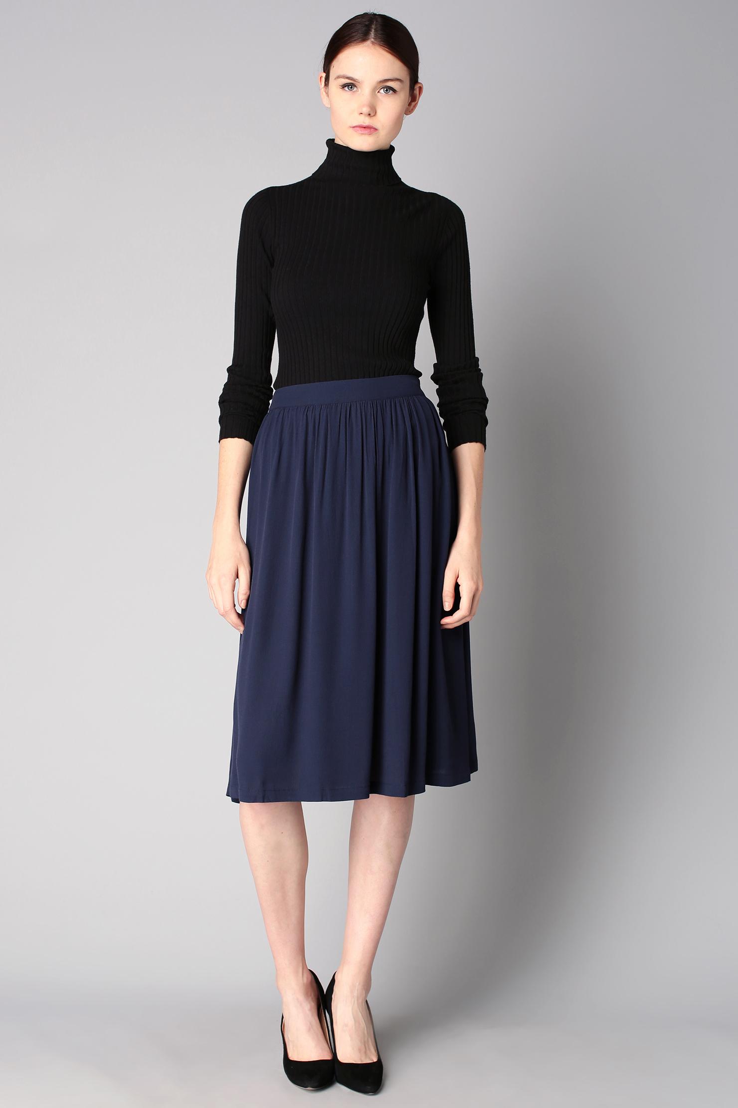 598cea7fb Look de moda: Jersey de cuello alto negro, Falda midi plisada azul ...
