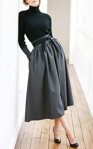 Cómo combinar: jersey de cuello alto negro, falda midi plisada en gris oscuro, zapatos de tacón de cuero negros