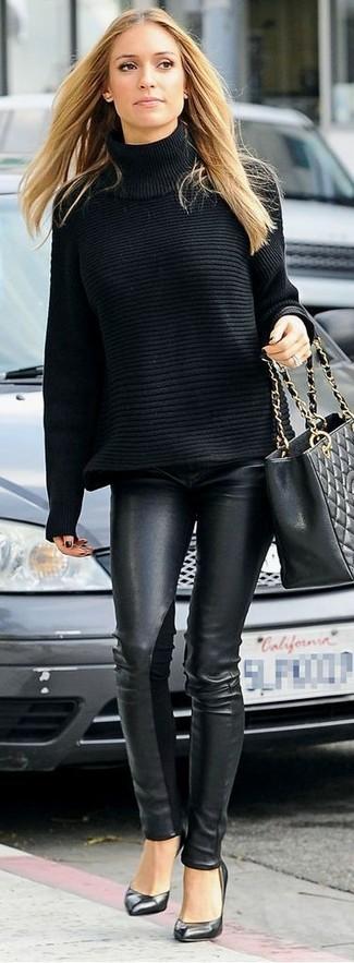 Cómo combinar: jersey de cuello alto de punto negro, leggings de cuero negros, zapatos de tacón de cuero negros, bolsa tote de cuero acolchada negra