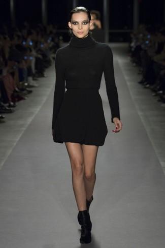 Cómo combinar: jersey de cuello alto negro, minifalda de lana negra, botines de terciopelo negros